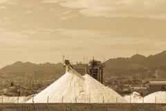 Άσπρες πυραμίδες με τις φυσικές αλατισμένες, αλατισμένες εργασίες θάλασσας για το εργοστάσιο πλησίον Στοκ φωτογραφία με δικαίωμα ελεύθερης χρήσης