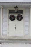 Άσπρες πόρτες με τα στεφάνια Στοκ Εικόνες