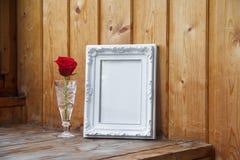 Άσπρες πλαίσιο και δέσμη των κόκκινων τριαντάφυλλων Στοκ Εικόνα