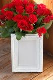 Άσπρες πλαίσιο και δέσμη των κόκκινων τριαντάφυλλων Στοκ φωτογραφίες με δικαίωμα ελεύθερης χρήσης