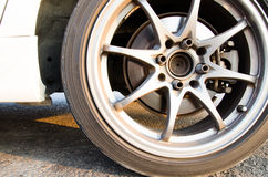 Άσπρες ρόδες αυτοκινήτων Δίσκοι αυτοκινήτων κραμάτων χάλυβα Στοκ φωτογραφία με δικαίωμα ελεύθερης χρήσης