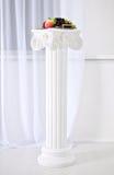 Άσπρες στήλες με τα κεφάλαια στο ύφος της αναγέννησης, μπαρόκ στοκ φωτογραφίες με δικαίωμα ελεύθερης χρήσης