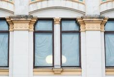 Άσπρες στήλες στην πρόσοψη του κτηρίου στο κλασσικό ύφος Στοκ Φωτογραφία