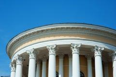 Άσπρες στήλες στην πρόσοψη του κτηρίου στο κλασσικό ύφος Στοκ Εικόνες