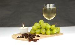 Άσπρες σταφύλια και σταφίδες κρασιού σε γραπτό Στοκ εικόνες με δικαίωμα ελεύθερης χρήσης