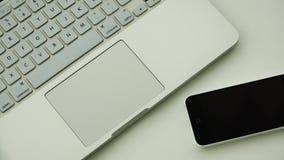 Άσπρες συσκευές και ηλεκτρονικές συσκευές της νέας γενιάς για τα επιχειρησιακά προγράμματα απόθεμα βίντεο