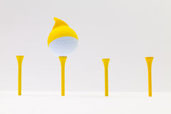Άσπρες σφαίρες γκολφ με την αστεία ΚΑΠ Αστεία έννοια γκολφ Στοκ φωτογραφία με δικαίωμα ελεύθερης χρήσης