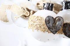 Άσπρες σφαίρες Χριστουγέννων γυαλιού χειροποίητες στο παλαιό ύφος Στοκ εικόνες με δικαίωμα ελεύθερης χρήσης