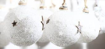 Άσπρες σφαίρες Χριστουγέννων χειροποίητες στο παλαιό ύφος Στοκ Φωτογραφία