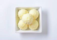 Άσπρες τρούφες καρύδων σοκολάτας Στοκ Φωτογραφία