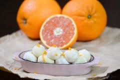 Άσπρες τρούφες σοκολάτας με το πορτοκάλι στοκ εικόνες
