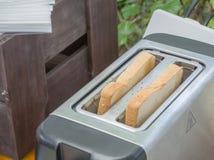 Άσπρες φέτες ψωμιού στη φρυγανιέρα Στοκ Φωτογραφίες