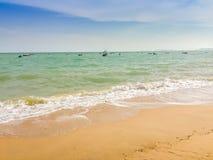 Άσπρες φυσαλίδες που δημιουργούνται στην παραλία από τα ωκεάνια κύματα στην ακτή FO Στοκ φωτογραφίες με δικαίωμα ελεύθερης χρήσης