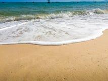 Άσπρες φυσαλίδες που δημιουργούνται στην παραλία από τα ωκεάνια κύματα στην ακτή FO Στοκ εικόνες με δικαίωμα ελεύθερης χρήσης