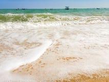 Άσπρες φυσαλίδες που δημιουργούνται στην παραλία από τα ωκεάνια κύματα στην ακτή FO Στοκ φωτογραφία με δικαίωμα ελεύθερης χρήσης
