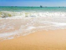 Άσπρες φυσαλίδες που δημιουργούνται στην παραλία από τα ωκεάνια κύματα στην ακτή FO Στοκ Εικόνες