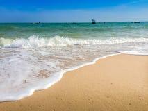 Άσπρες φυσαλίδες που δημιουργούνται στην παραλία από τα ωκεάνια κύματα στην ακτή FO Στοκ Φωτογραφία