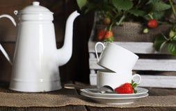 Άσπρες φλυτζάνια και φράουλες καφέ στοκ φωτογραφία με δικαίωμα ελεύθερης χρήσης
