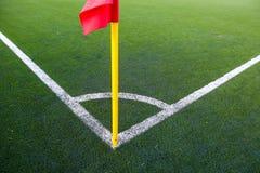Άσπρες λωρίδες και σημαία γωνιών στο γήπεδο ποδοσφαίρου Στοκ Εικόνες