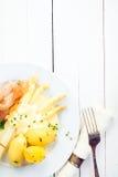 Άσπρες λόγχες σπαραγγιού με το prosciutto Στοκ Εικόνες