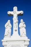 Άσπρες crucifix γλυπτό και ανασκόπηση μπλε ουρανού Στοκ Εικόνα