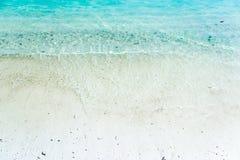Άσπρη άμμος με τα γαλαζοπράσινα κύματα στην παραλία Στοκ Εικόνες