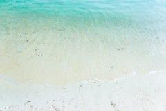 Άσπρη άμμος με τα γαλαζοπράσινα κύματα στην παραλία Στοκ Φωτογραφίες