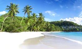 Άσπρη άμμος παραλιών κοραλλιών και κυανός Ινδικός Ωκεανός. Στοκ Φωτογραφίες