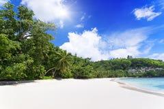 Άσπρη άμμος παραλιών κοραλλιών και κυανός Ινδικός Ωκεανός. Στοκ Φωτογραφία