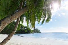 Άσπρη άμμος παραλιών κοραλλιών και κυανός Ινδικός Ωκεανός. Στοκ Εικόνα