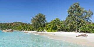 Άσπρη άμμος παραλιών κοραλλιών και κυανός Ινδικός Ωκεανός. Στοκ εικόνες με δικαίωμα ελεύθερης χρήσης
