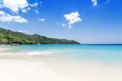 Άσπρη άμμος παραλιών κοραλλιών και κυανός ωκεανός. Νησιά των Σεϋχελλών. Στοκ Εικόνα