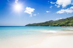 Άσπρη άμμος παραλιών κοραλλιών και κυανός ωκεανός. Νησιά των Σεϋχελλών. Στοκ εικόνες με δικαίωμα ελεύθερης χρήσης