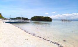 Άσπρη άμμος beachfront του νησιού olango Στοκ Φωτογραφία