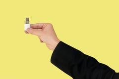 Άσπρη λάμψη USB σε διαθεσιμότητα με το απομονωμένο κίτρινο υπόβαθρο στοκ εικόνες με δικαίωμα ελεύθερης χρήσης
