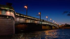 Άσπρη άποψη νύχτας του ποταμού Neva με τη γέφυρα στην Άγιος-Πετρούπολη απόθεμα βίντεο