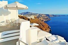 Άσπρη άποψη Santorini Ελλάδα πεζουλιών ξενοδοχείων διακοπών στοκ φωτογραφία