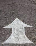 Άσπρη άσφαλτος βελών Στοκ φωτογραφία με δικαίωμα ελεύθερης χρήσης