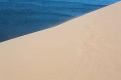 Άσπρη έρημος αμμόλοφων άμμου στο ΝΕ Mui, Βιετνάμ Στοκ Φωτογραφίες