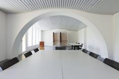 Άσπρη αίθουσα συνεδριάσεων Κανένας μέσα Στοκ εικόνες με δικαίωμα ελεύθερης χρήσης