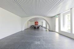 Άσπρη αίθουσα συνεδριάσεων Κανένας μέσα στοκ εικόνα με δικαίωμα ελεύθερης χρήσης