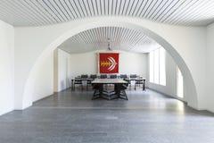 Άσπρη αίθουσα συνεδριάσεων Κανένας μέσα στοκ φωτογραφία