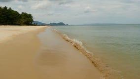 Άσπρη αμμώδης ακτή και ήρεμη μπλε θάλασσα Ειδυλλιακό τροπικό τοπίο νησιών παραδείσου εξωτικό με τα πράσινα δέντρα και ήρεμος απόθεμα βίντεο