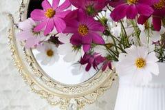 Άσπρη ανθοδέσμη λουλουδιών στο κεραμικό βάζο γάμος κορδελλών πρόσκλησης λουλουδιών κομψότητας λεπτομέρειας διακοσμήσεων ανασκόπησ Στοκ φωτογραφίες με δικαίωμα ελεύθερης χρήσης
