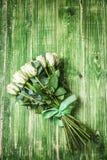 Άσπρη ανθοδέσμη τριαντάφυλλων πέρα από τον ξύλινο πίνακα Τοπ άποψη με το διάστημα αντιγράφων Στοκ εικόνα με δικαίωμα ελεύθερης χρήσης
