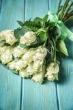Άσπρη ανθοδέσμη τριαντάφυλλων πέρα από τον ξύλινο πίνακα Τοπ άποψη με το διάστημα αντιγράφων Στοκ φωτογραφία με δικαίωμα ελεύθερης χρήσης