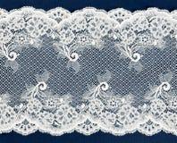 Άσπρη δαντέλλα σε ένα μπλε στοκ φωτογραφία