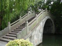 Άσπρη αρχαία ασιατική γέφυρα πετρών Στοκ φωτογραφία με δικαίωμα ελεύθερης χρήσης