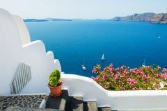 Άσπρη αρχιτεκτονική στο νησί Santorini, Ελλάδα στοκ εικόνα