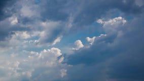 Άσπρη αυξομειούμενη, χνουδωτή κίνηση χρονικού σφάλματος σύννεφων σωρειτών φιλμ μικρού μήκους